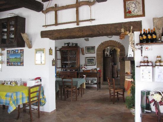 Agriturismo Il Vecchio Maneggio: View from dining area toward kitchen