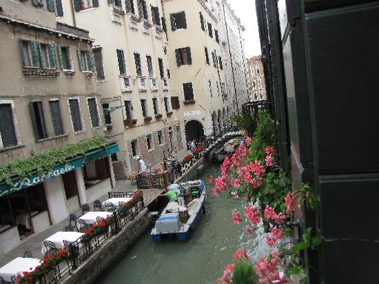 Gio & Gio Bed and Breakfast: View of canal from living room windown.