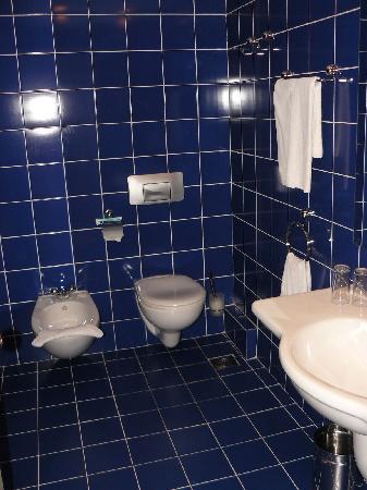 Lilia Hotel: The bathroom