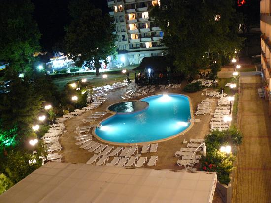Lilia Hotel: Night view of the pool