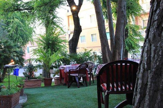 San Gavino: romantici i tavoli all'aperto