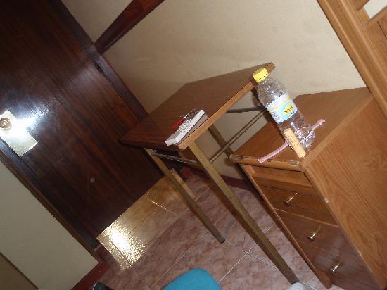 Hostal El Carmen: room and bed