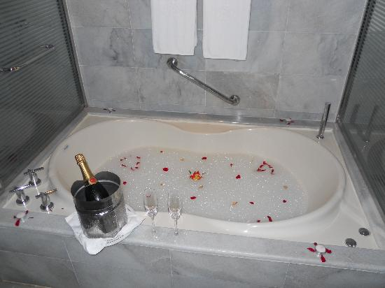Iberostar Grand Hotel Rose Hall: The bath tub after dinner