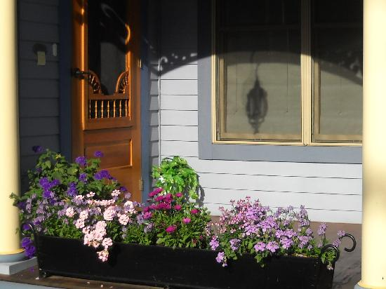 The Miller's Daughter Bed and Breakfast: Beautiful flowers at the front door