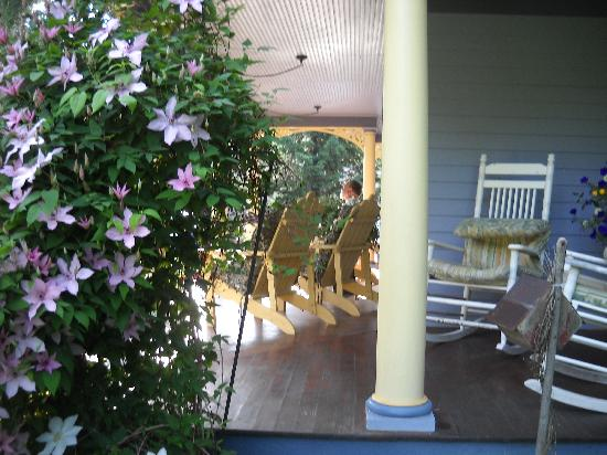 The Miller's Daughter Bed and Breakfast: The front porch was so relaxing and provided a view of the beautiful perennial gardens.