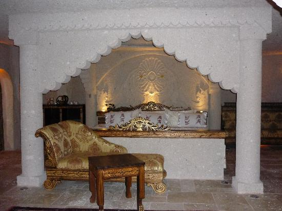 Gamirasu Cave Hotel: King-sized bed and chaise longue area