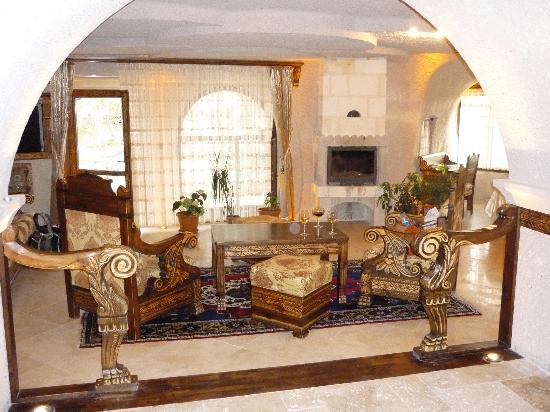 Gamirasu Cave Hotel: Living room area, fireplace, with terrace  beyond