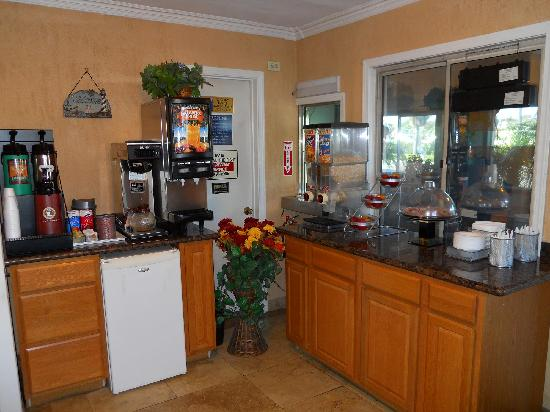 Harbor Inn & Suites Oceanside / San Diego: Breakfast Area