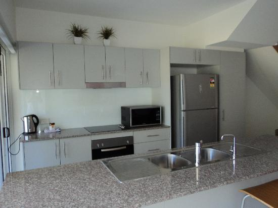 Beachside Magnetic Harbour Holiday Apartments: Kitchen