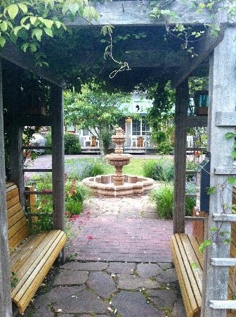 Inn at Haystack Rock: Fountain in courtyard