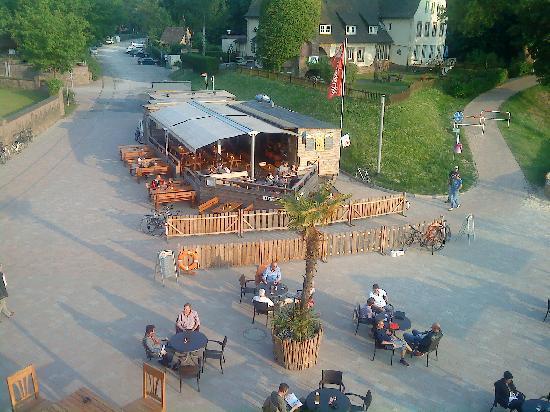 Hafenbar: Die Bar von der Brücke aus gesehen