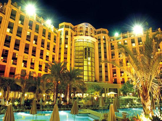 Hilton Eilat Queen of Sheba: Hotel's Facade at night