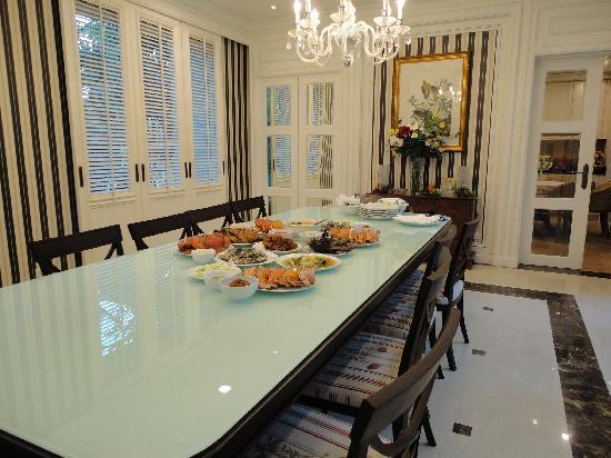 Royal Sammuk Villa : The Big Dining Room