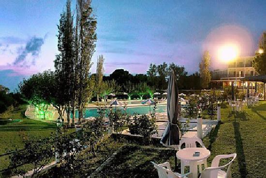 Irinna Hotel: HOTEL BY NIGHT