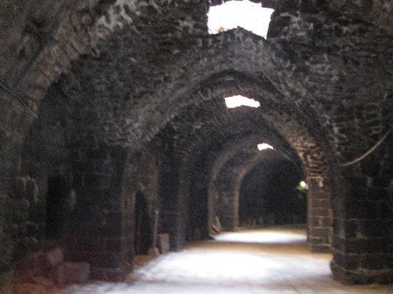 Bosra, Syria: gallerie per entrare nelle gradinate dell'anfiteatro