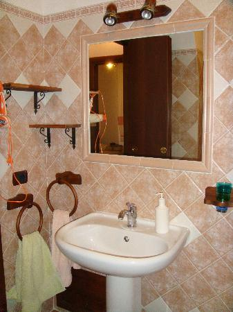 Old Caralis Bed and Breakfast: bathroom