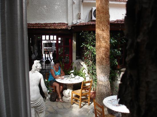Kiniras Hotel: Tijdens het diner heerlijk buiten en toch ook binnen