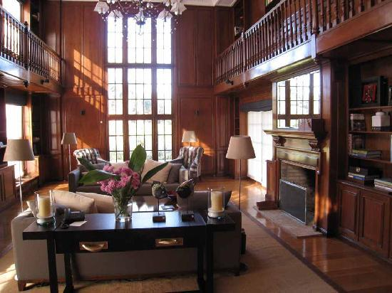 Le Biblo, Hotel Boutique: Library with fireplace