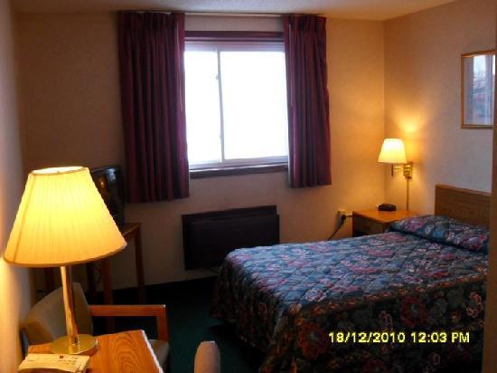 Super 8 Kenmore/Buffalo/Niagara Falls Area: Huge Room - just as on the pic