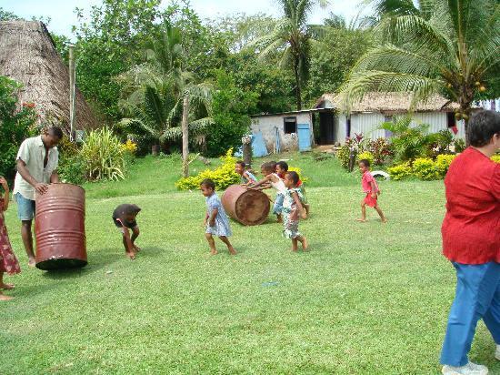Sigatoka River Safari: Children playing on the comunity lawn