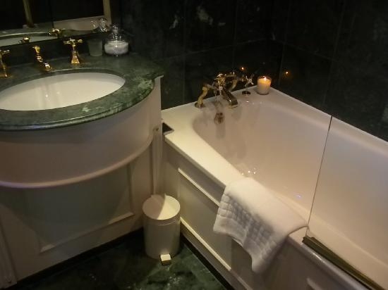 Egerton House Hotel: Bath tub where they light a candle for you evey night