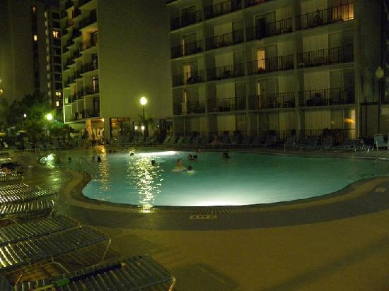 Dayton House Resort: pool area at night