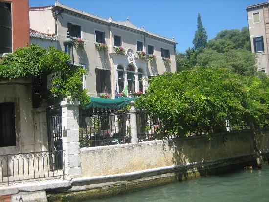 Pensione Accademia - Villa Maravege : Front of hotel, on the canal