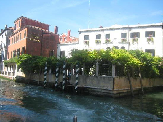 Pensione Accademia - Villa Maravege : Approaching the hotel from the Grand Canal