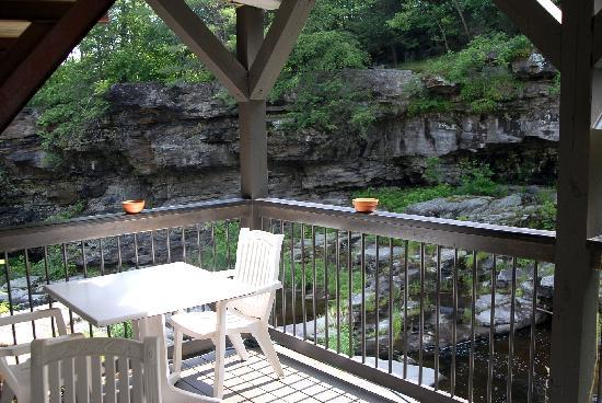 Ledges Hotel: Bistro table which overlooks the waterfall