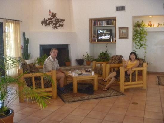 Los Viajeros Inn: Breakfast at the lobby.