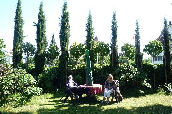 B&B Villa Magnolia: great garden & great danes!