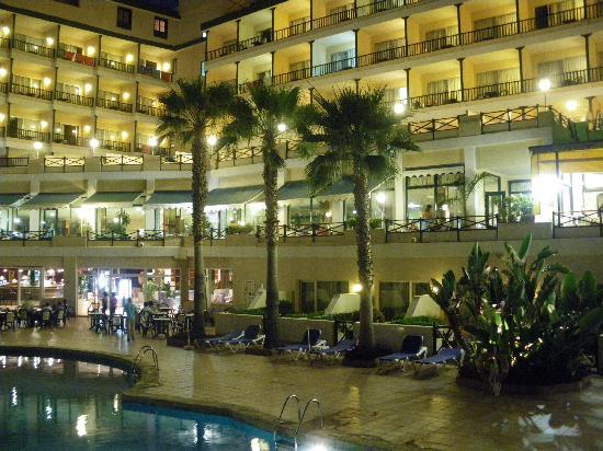 diverhotel Tenerife Spa & Garden: Hotel desde la piscina y jardines