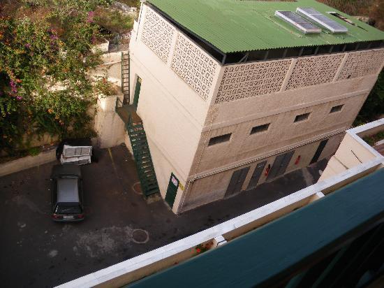 diverhotel Tenerife Spa & Garden: El edificio ruidoso desde mi terraza