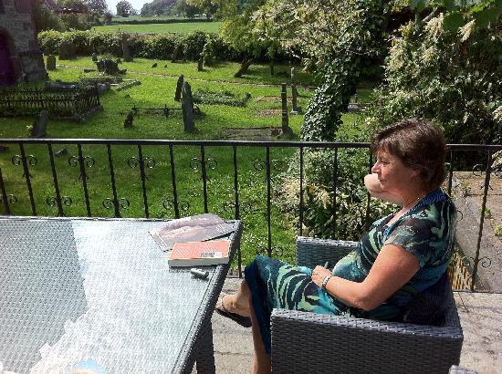 Celtic Guest Houses, The Old Rectory: Lekker relaxen in de tuin met zicht op een dorpskerkje
