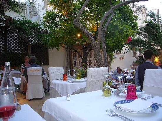 Avli Lounge Apartments: Das Restaurant ist eine Oase mitten in der Altstadt