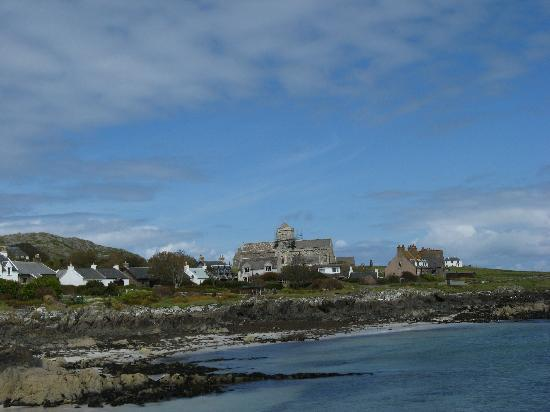 Wyspa Mull, UK: Abbey on Iona as seen from the approaching ferry
