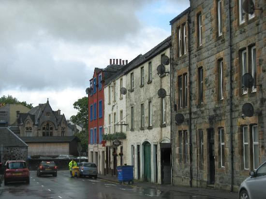 Νήσος Μαλ, UK: Street in Oban where Woodside Hotel,which is above a pub marked by the Belhaven sign, is located