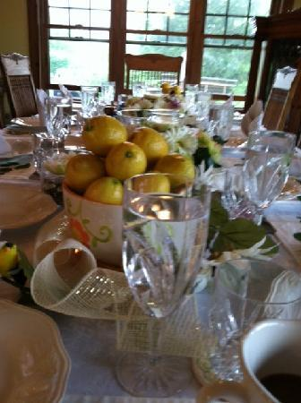 Maple Hill Farm Bed and Breakfast: Table arrangement