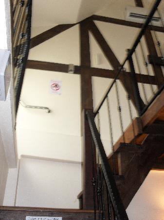 I'm Happy: las escaleras que separan la cama del baño y la pequeña sala