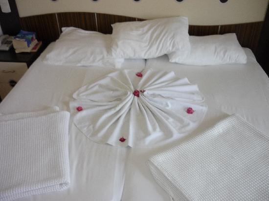 Lavitas Hotel: our bed in the la vitas