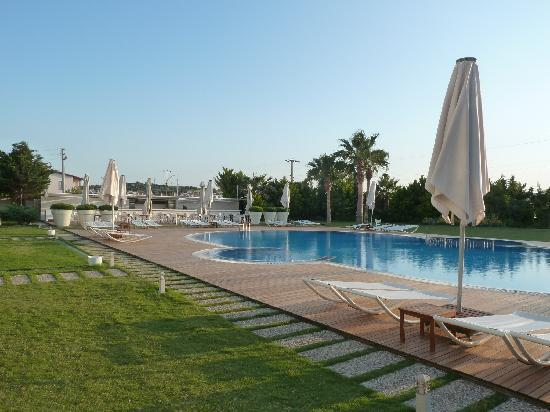 Sisus Hotel: pool an garden