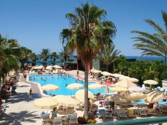 Resort Hotel Galeri: swiming pool in front of hotel