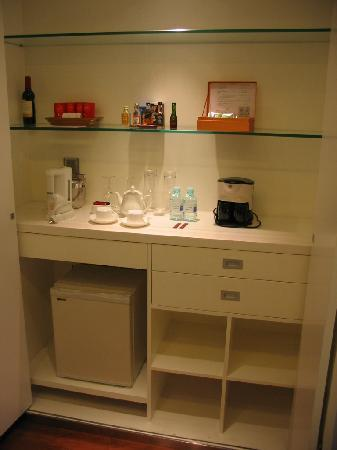 Hotel Kapok Beijing: Mini bar and fridge