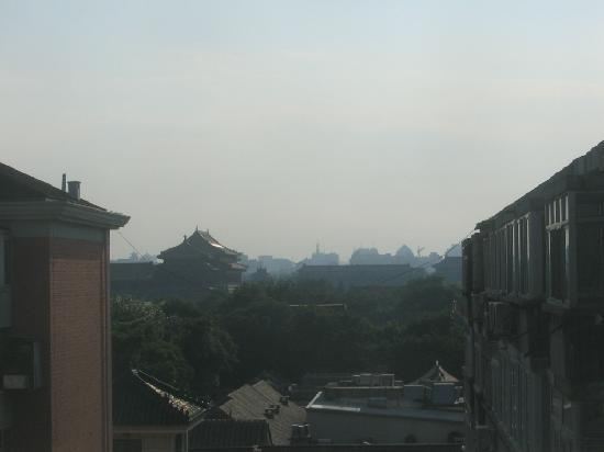 Hotel Kapok Beijing: You can see the roofs of the Forbidden city from the hallway window