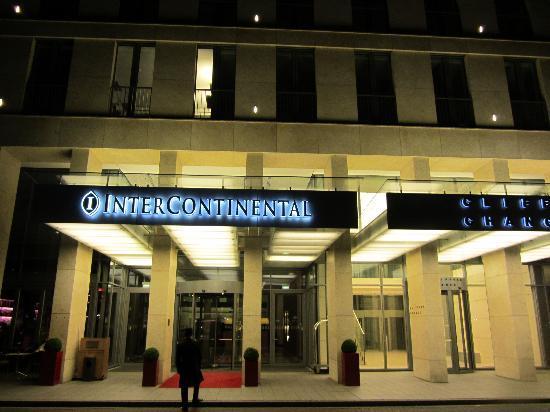 InterContinental Dusseldorf: Haupteingang bei Nacht