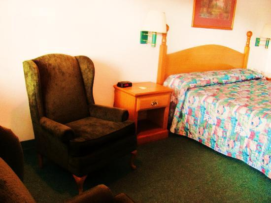 Sun Country Inn : Another shot of bedroom...