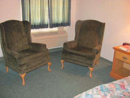 Sun Country Inn : Two nice chairs were in the room