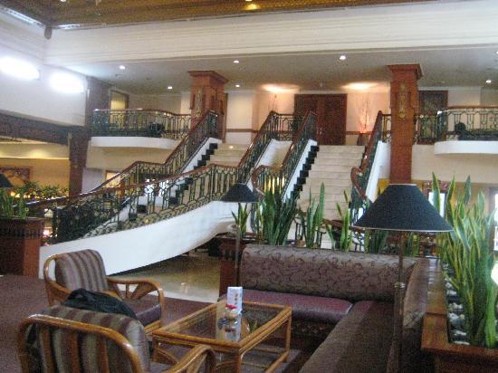 Jogjakarta Plaza Hotel: Stairs on hotel's lobby