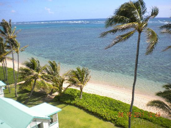 Pat's at Punalu'u : The view from the lanai.  Beautiful beach and snorkeling waters.