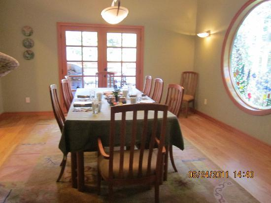 Hidden Creek Bed and Breakfast: The dining area